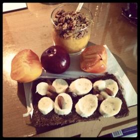 So sieht es dann aus, wenn ich mir aus Obst und etwas Brot und Granola ein Frühstück auf dem Hotelzimmer zaubere. Man kann aber auch in fast jedem guten Hotel einen Obststeller im Zimmerservice bestellen.