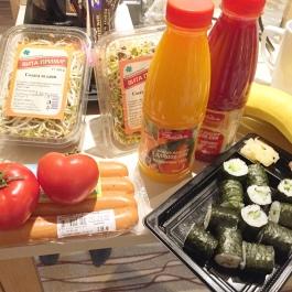 Des Weiteren bekommt ihr in vielen Supermärkten auch verganes Sushi und abgepackte, fertige Salate. Frische Brötchen dazu und ihr habt ein tolles Abendessen.