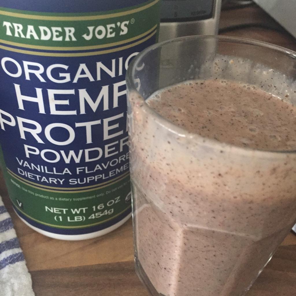 Dieses Hanfprotein ist auch von Trader Joe's, ist dort aber auch als vegan deklariert. Ich vertrage es sehr gut, allerdings ist es grobkörnig und hinterlässt somit im Shake einen etwas sandigen Geschmack. Mit vier Esslöffeln ist es aber auch eine ziemlich große Menge