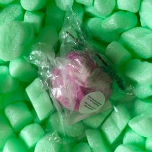 A FRENSH KISS - Verzaubert das Bad in ein französisches Spa mit einem zarten Schaum der nach Lavendel, Rosmarin, Thymian und weiteren französischen Kräutern riecht. Reicht für zwei Anwendungen. 6,25€