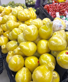 So sehen Pomelos in Hong Kong aus. Nicht ganz so rund wie unsere.