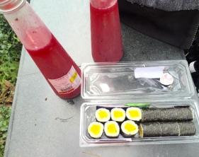 Auch veganes Sushi gibt es bereits abgepackt zum Mitnehmen. Ein idealer Snack für Zwischendurch!