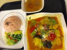 Es gibt sowohl Tagesmenüs, als auch einzelne Gerichte in einer riesigen Auswahl zu vergleichbar günstigen Preisen.
