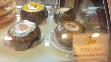 Ihr findet auch eine große Auswahl an veganen Nachtischen, wie zum Beispiel einen mit Pudding gefüllten Kürbis.