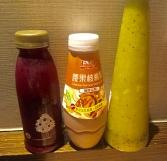 Da der Flug mit 12 Stunden sehr lang ist, habe ich zum Frühstück einen Saft aus Beerennektar, eine Walnuss- Cashewmilch und einen Saft aus Kiwi und Mango mitgenommen.