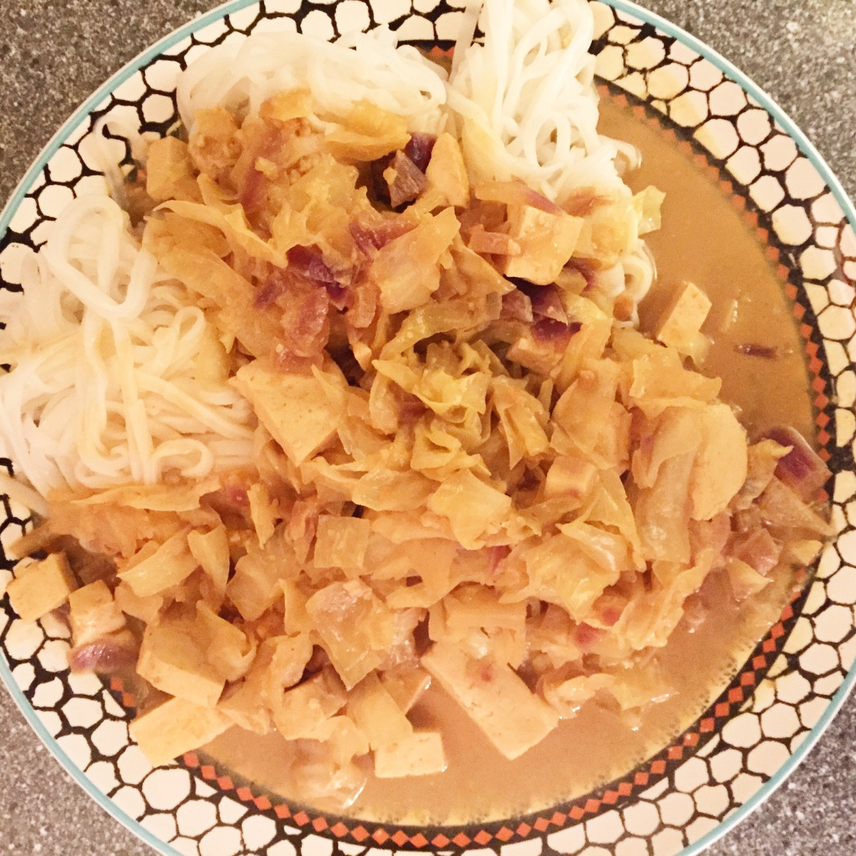 Spitzkohl mit Tofu in Erdnuss-Sauce
