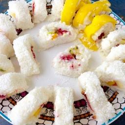 Veganes Sushi mit frischen Früchten
